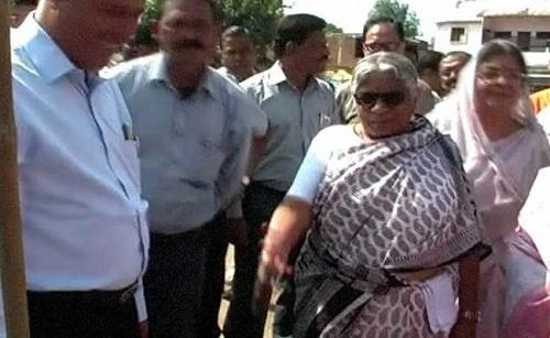 MP-Minister-Kicks-Boy-Begging-Her-Rs-1